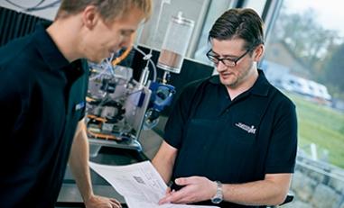 Matthias Straubhaar dans les laboratoires Waterjet: éevaluation d'une étude de faisabilitié.